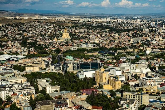 Paisaje urbano de tbilisi desde la cima de la montaña mtatsminda, tarjeta de viaje