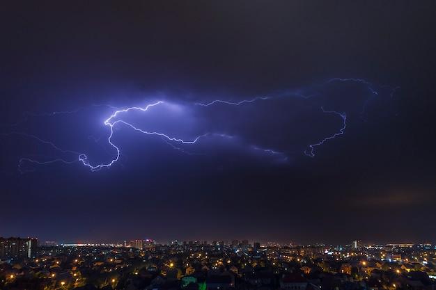 Paisaje urbano, tormentas eléctricas y relámpagos en el cielo.