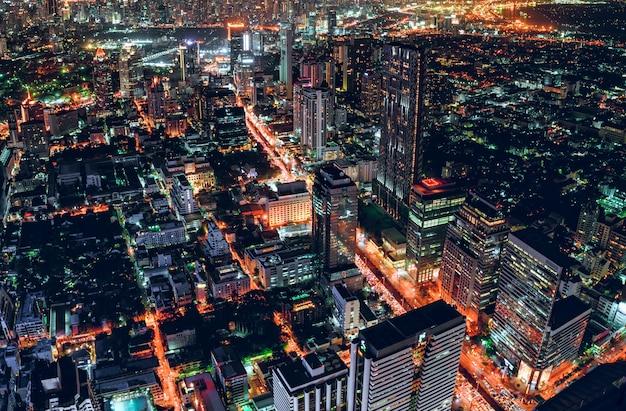 Paisaje urbano de tráfico ligero con rascacielos en metrópolis