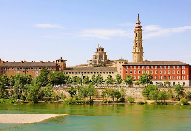 Paisaje urbano de zaragoza con el río ebro, aragón, españa