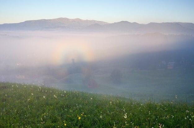Paisaje de verano con niebla y gloria.