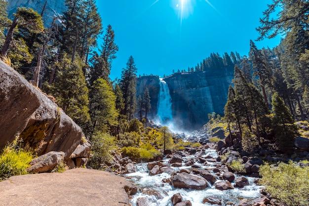 Paisaje de vernal falls desde la parte inferior una mañana de verano. california, estados unidos