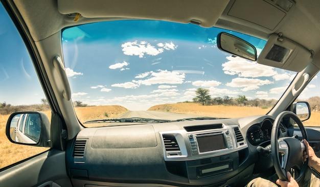 Paisaje de viaje desde una cabina de coche.