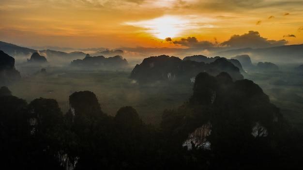 Paisaje de vista aérea de la montaña en el tiempo crepuscular, krabi tailandia