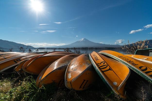 Paisaje de vista del monte fuji y el lago kawaguchiko en la mañana es un turista