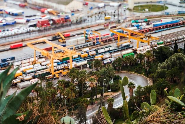 Paisaje desde vista de pájaro de puerto industrial. barcelona, españa