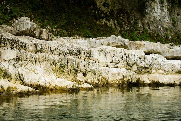 Paisaje y vista del río verde. río en martvili, samegrelo. paisaje del río verde.