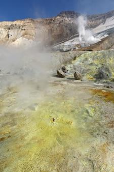 Paisaje volcánico de la península de kamchatka campo geotérmico aguas termales en el cráter del volcán activo