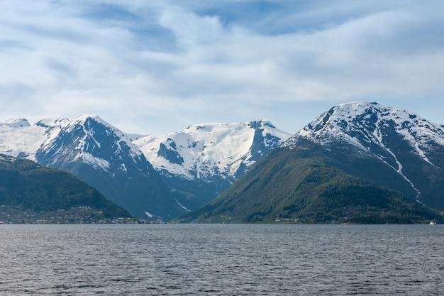 Paisajes escénicos de los fiordos noruegos.