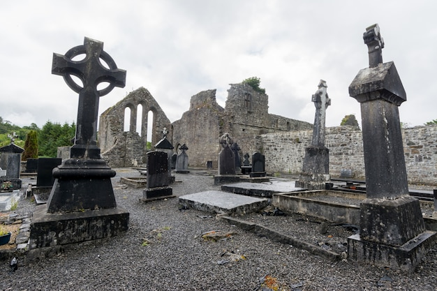 Paisajes de irlanda. cementerio de la abadía de cong en el condado de galway