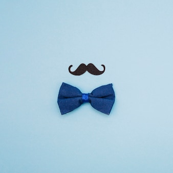 Pajarita y bigote ornamental.