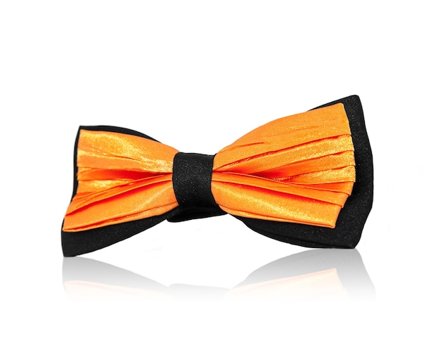 Pajarita naranja sobre fondo blanco.