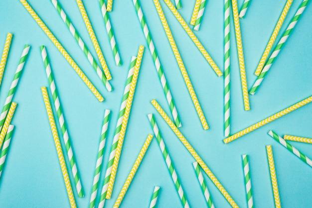 Pajitas amarillas y verdes con rayas blancas