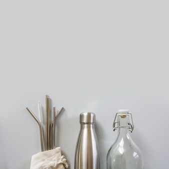 Pajitas y botellas ecológicas.