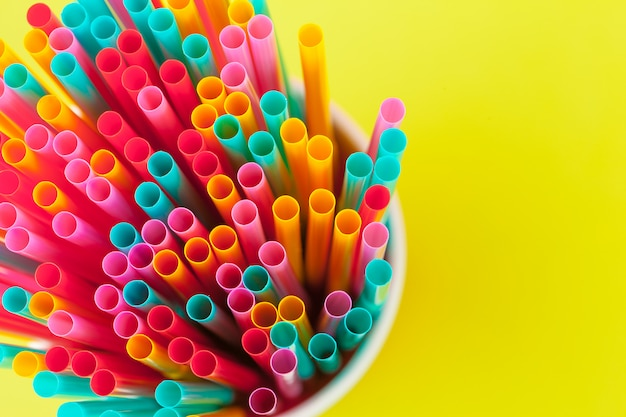 Pajitas de colores para bebidas refrescos en color