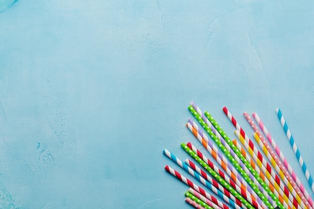Pajitas de colores de papel para beber para cócteles de verano en azul claro