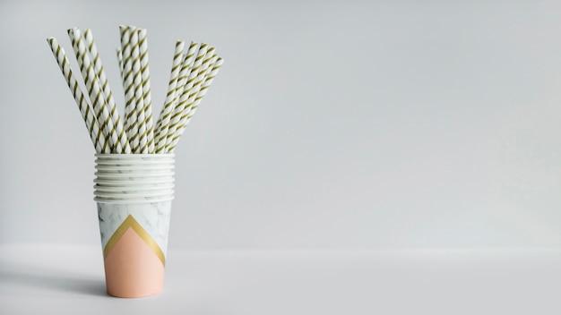 Pajitas dentro de vaso de papel