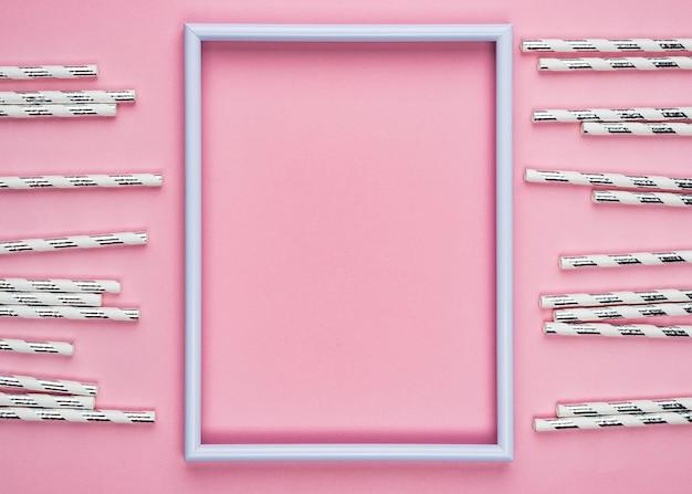 Pajitas con vista superior de marco rosa vacío