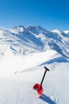 Pala de avalancha en la nieve