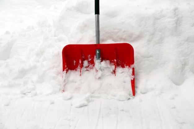 Pala roja para quitar nieve