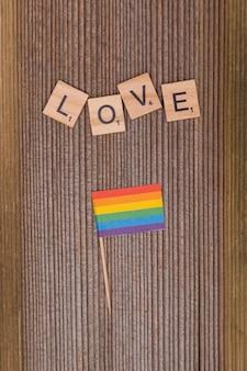 Palabra amor y bandera arcoiris lgbt