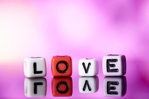 Palabra amor de cubos con reflexión.
