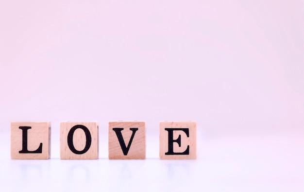 Palabra amor deletreada por bloques de madera