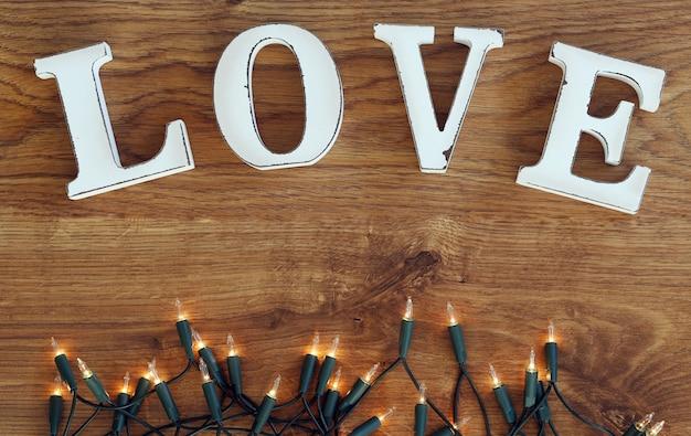 Palabra amor y guirnalda de luces