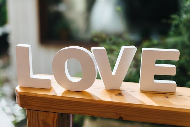 Palabra amor hecha de letras separadas