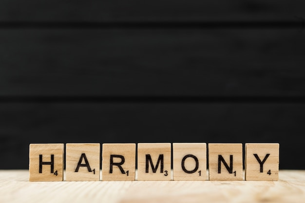 La palabra armonía deletreada con letras de madera.