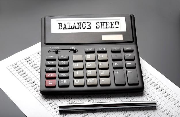 Palabra de balance en la calculadora en el gráfico con lápiz