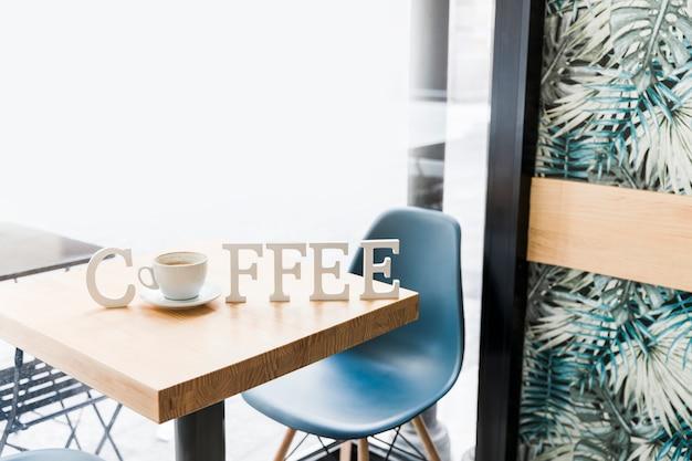 Palabra de café en la mesa de madera