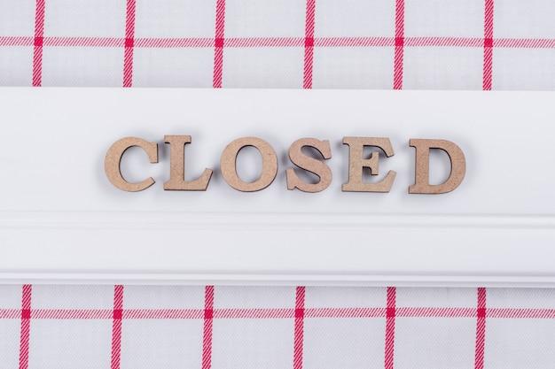 Palabra cerrada, letras de madera abstractas