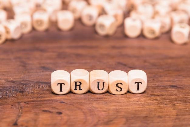 Palabra de confianza hecha con bloques de madera.