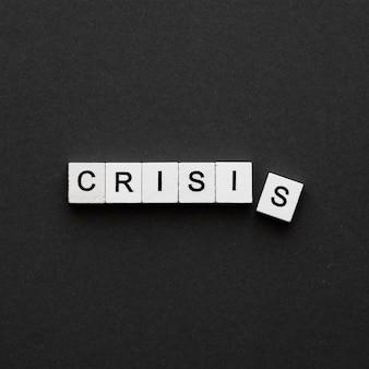 Palabra de crisis de vista superior escrita en cubos de madera