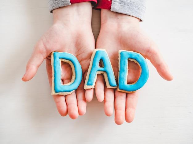 Palabra dad hecha de galletas glaseadas. de cerca