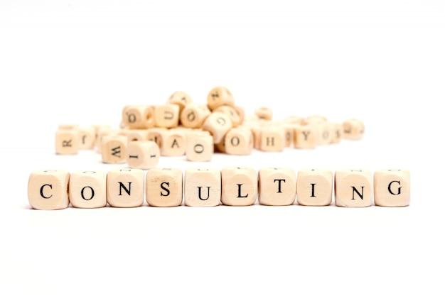Palabra con dados en el fondo blanco - consultoría