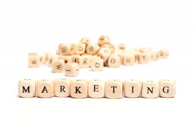 Palabra con dados sobre fondo blanco - marketing