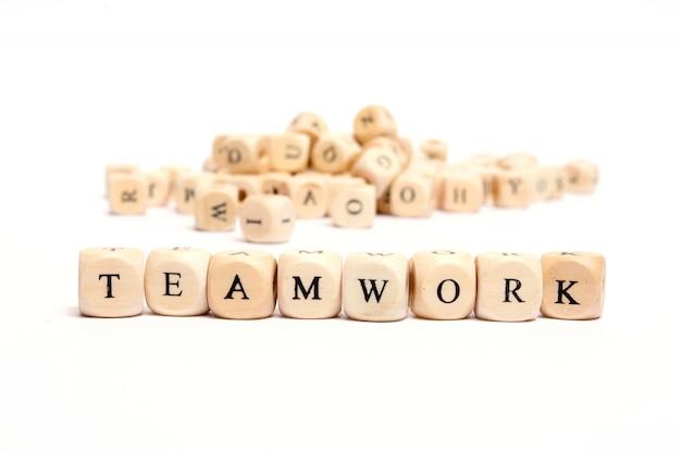 Palabra con dados sobre fondo blanco - trabajo en equipo