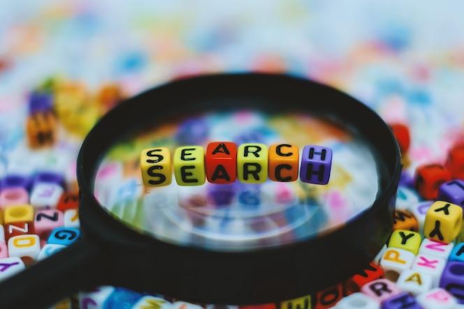 Palabra de búsqueda en la lupa con fondo de cuentas de letras