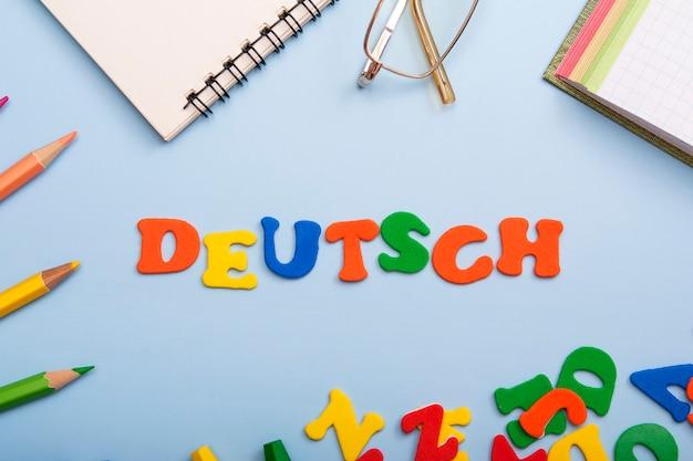Palabra deutsch hecha de letras de colores. aprender un nuevo concepto de idioma
