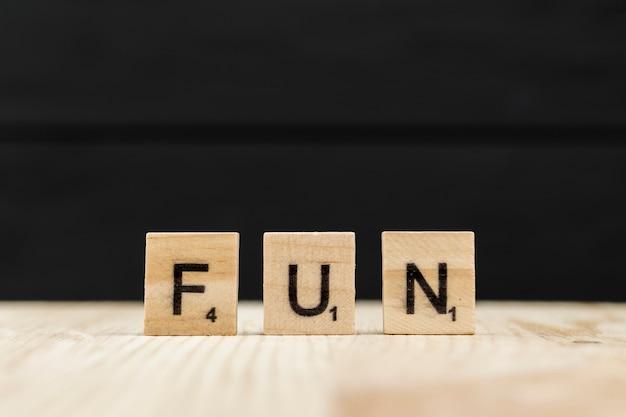 La palabra diversión escrita con letras de madera.