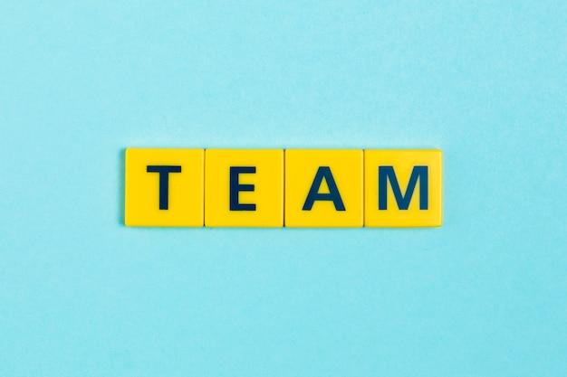 Palabra del equipo en azulejos scrabble