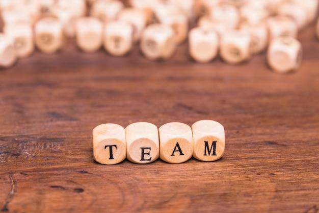 Palabra del equipo escrita en bloques de madera