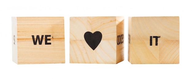 Palabra escrita en cubo de madera. lo amamos.