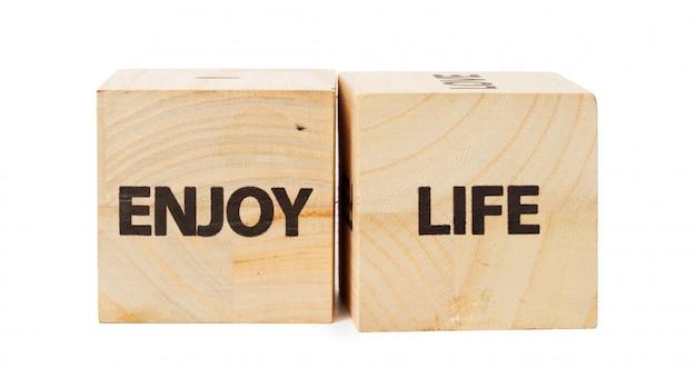 Palabra escrita en cubo de madera
