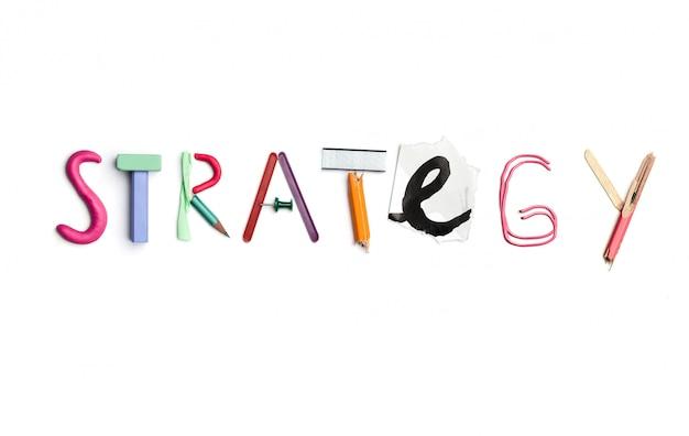 La palabra estrategia creada a partir de papelería de oficina.