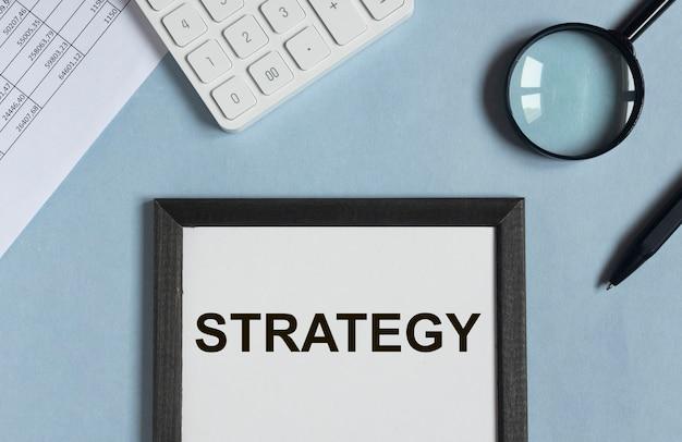 Palabra de estrategia, inscripción en papel en el escritorio de oficina.