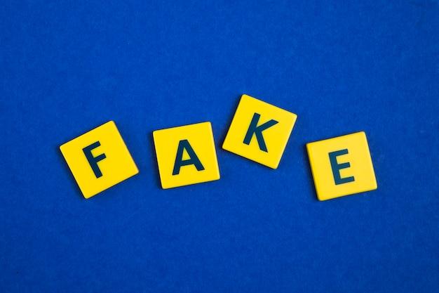Palabra falsa sobre azulejos amarillos