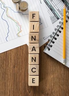 Palabra de finanzas en arreglo de cubos de madera